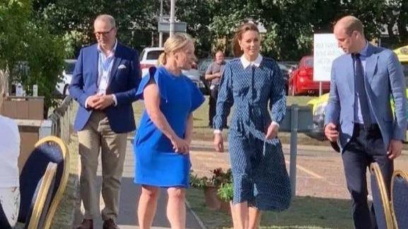 皇室生活太操心?凯特穿连衣裙随王子出活动,脸部爬上皱纹不像38
