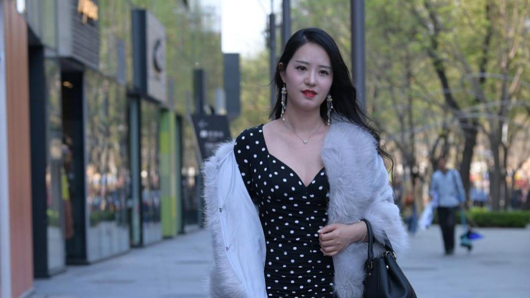 时尚穿搭:有一种洋气叫毛皮外套搭配波点裙,高贵时髦又显白