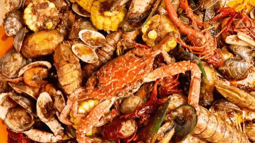 """隐藏在居民楼下的【海底餐厅】,海鲜要""""泼""""着上,连街坊都爱吃"""