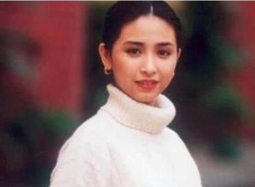 她美过关之琳,嫁给富豪后却独宠她一人,丈夫去世后她一下老了10岁