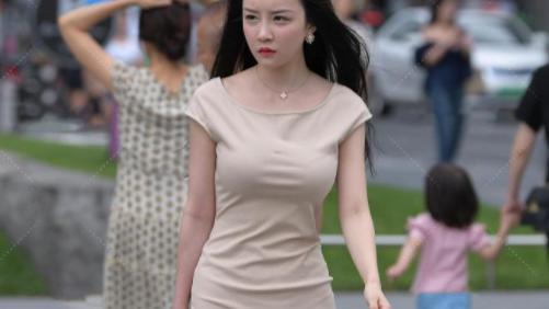 姑娘不愧是气质美女,米白色连衣裙搭配恨天高,美的高级优雅