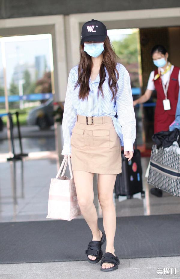 """杨颖最新机场造型,条纹衫配短裙少女腿绝了,不愧是""""生图杀手""""插图4"""