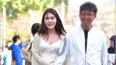 米黄色编织裙搭配白色连衣裙,温婉可人,彰显少女气息