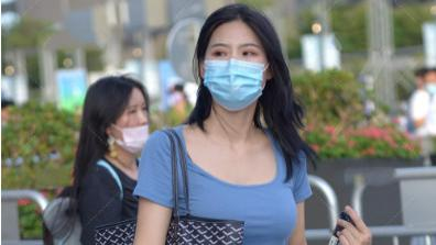 蓝色连衣裙搭配黑白网格包包,大气自然,贴身舒适