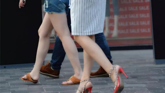 """美女把""""钉子""""装在高跟鞋上,不仅好看,还能防身用?"""