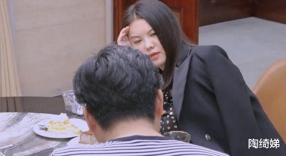 李湘睡前还要加餐,在家穿着太随意,被节目组打上了马赛克!
