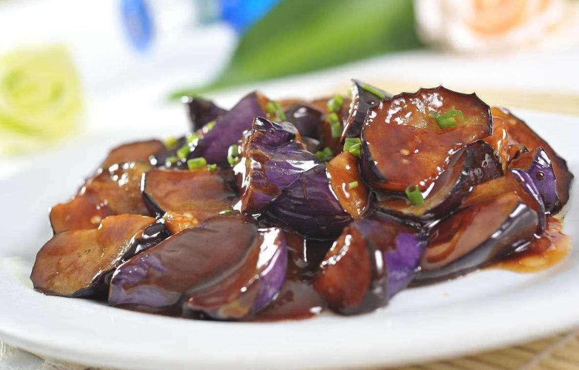 红烧茄子先放油就错了,掌握这个诀窍,茄子不吸油不发黑