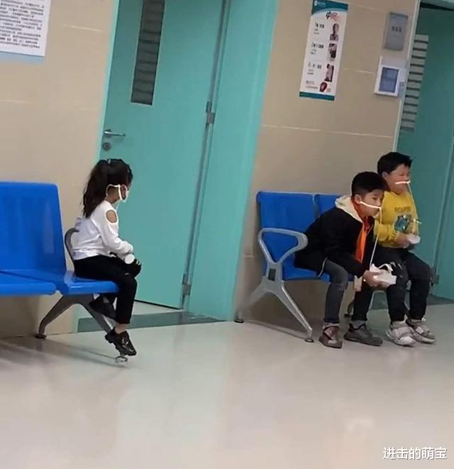 3熊孩子因吃错药洗胃,俩哥哥已开始怀疑人生,无知妹妹笑翻妈妈