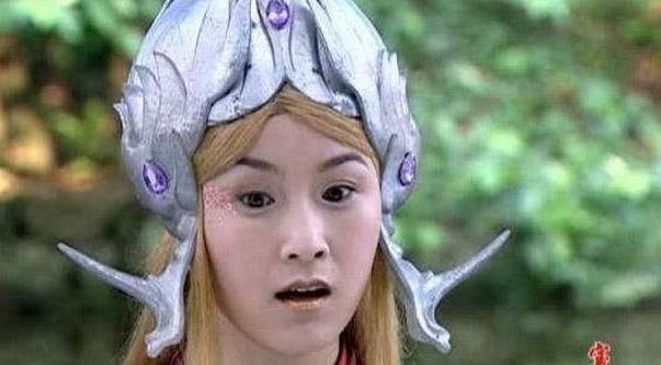 同样都是演小龙女,有人头上带的犄角,有人仅戴个大头盔?
