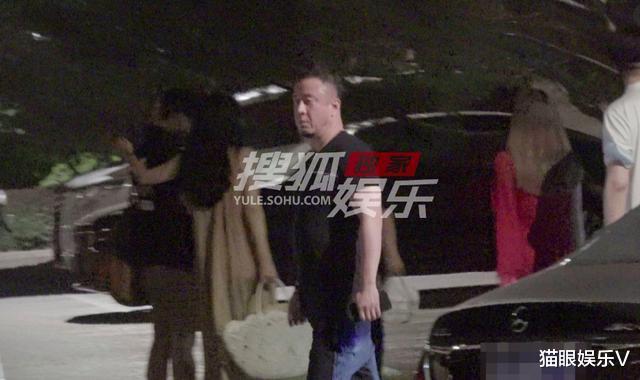 47岁杨坤独自就餐太孤单,现身小饭馆无人理,面容憔悴发福显老态