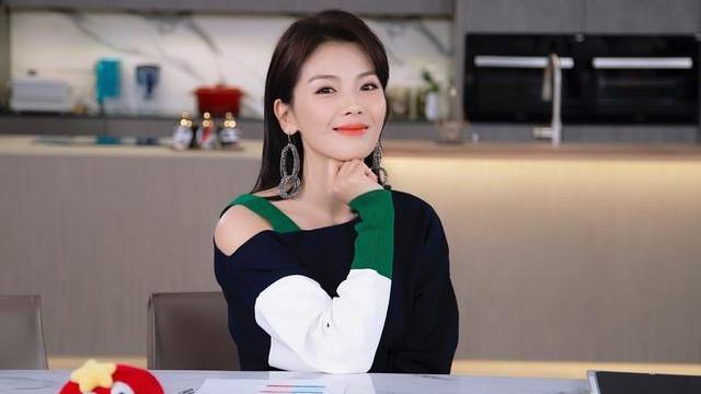 刘涛直播也一丝不苟,穿斜肩吊带裙出镜优雅大气,42岁美得好高级