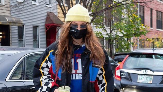 贝拉·哈迪德穿赛车服低调出行,谈论时尚界新挑战,展示智慧魅力