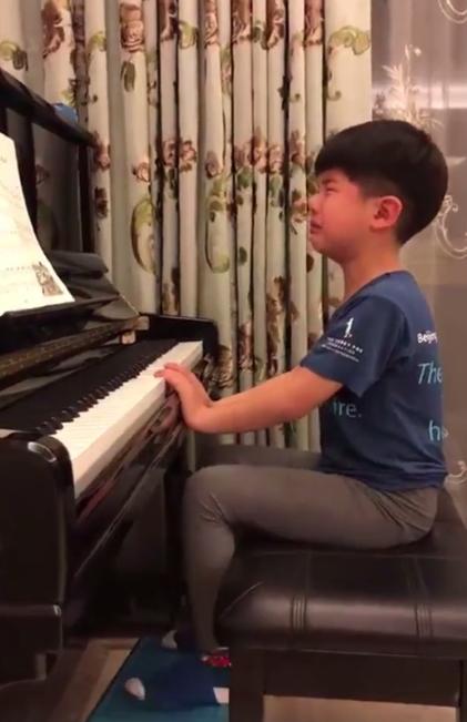 胡可晒安吉音乐会弹钢琴视频,人气高获专人拍照,身材发福比弟弟小
