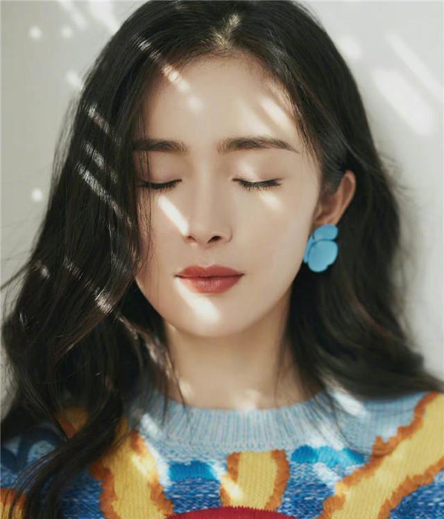 中国元素有多美?看看杨幂的彩虹毛衣就知道了,刺绣高级又经典