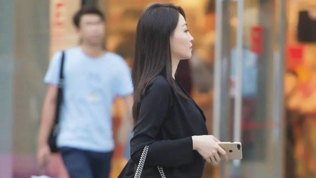 路人街拍:九分牛仔裤+鱼嘴高跟鞋,懂时尚的女人争着穿!