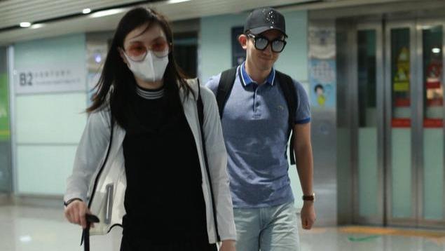 吴敏霞和老公同框走机场,连体裤瘦成麻杆,小一岁老公身材抢镜