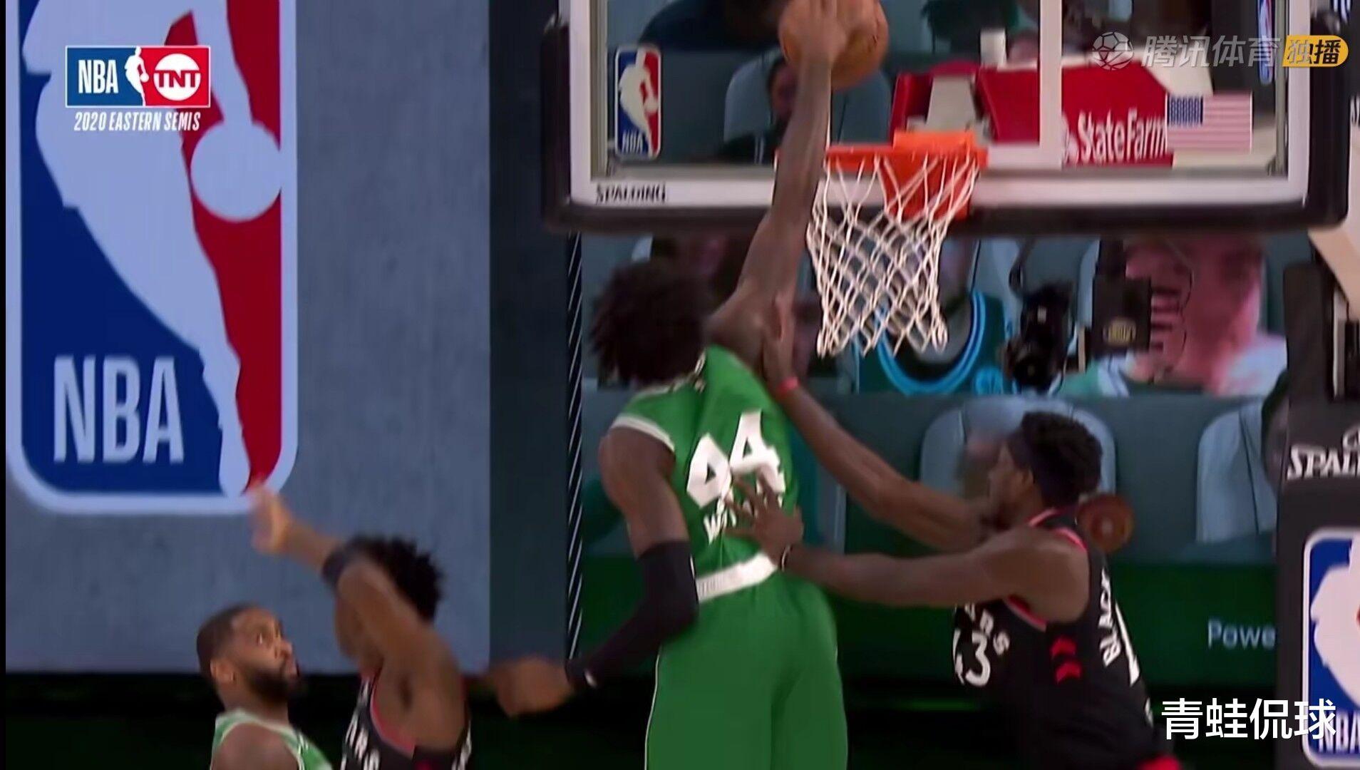 西亚卡姆空中推倒飞身暴扣的威廉姆斯,解说表示这不是篮球动作