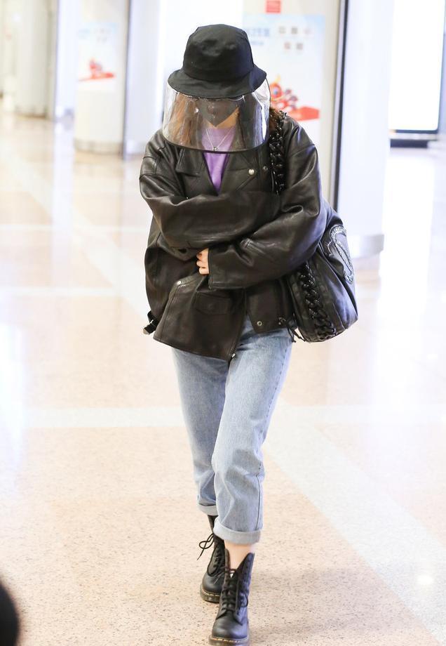 吴昕包裹严实出街,黑色皮大衣搭配牛仔裤,果然是