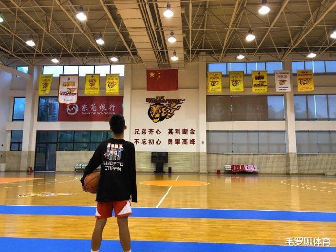中国独臂少年圆梦,男子篮球大帅摸头杀,阿联给他优待,NBA2超巨出手