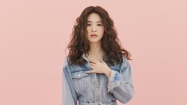 宋慧乔拍广告烫了羊毛卷,穿牛仔连衣裙超减龄,果然单身更显嫩