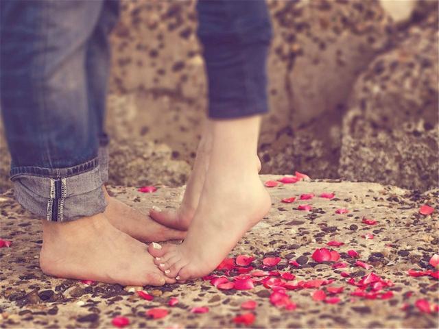 """很想男人时,直接说""""我想你""""太俗,这样说他会更爱你"""