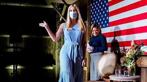 伊万卡水桶腰彻底藏不住!穿蓝色百褶裙看着没心机,全靠颜值在撑