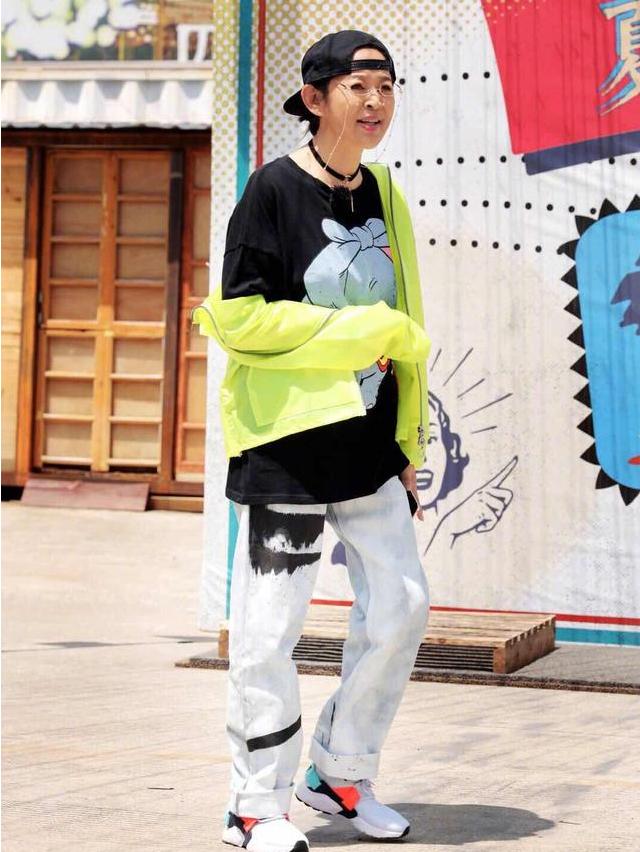 """倪萍真是越来越""""嫩""""了,穿一身潮牌超时髦,帽子反戴太可爱了"""