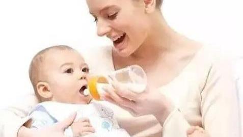 给婴儿冲奶粉,这个顺序不能错,否则奶粉没营养,娃越养越瘦