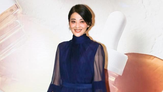 梅婷气质好高级,藏蓝色连衣裙优雅大方,复古盘发展现贵妇魅力
