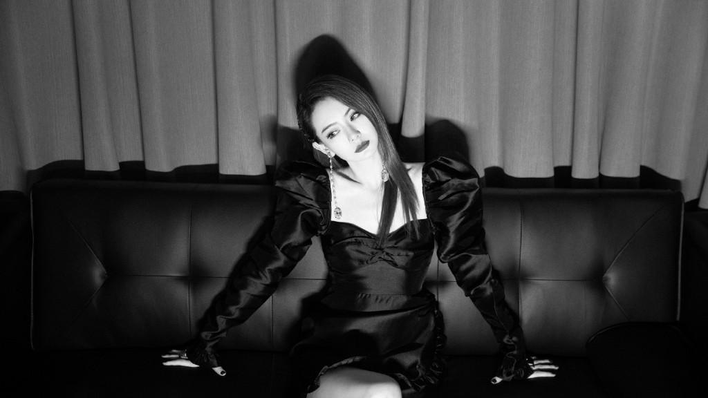 戚薇横躺沙发凹造型,穿复古方领连衣裙出镜,配休闲鞋长腿很迷人