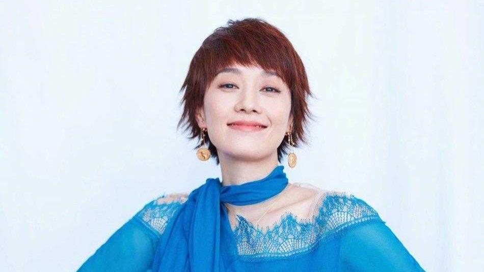 马伊琍气质无敌了,穿蓝色雪纺连衣裙配丝巾高贵优雅,美炸了