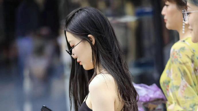 复古贴身黑色连衣裙搭配欧美时尚透明手提包,尽显时尚个性