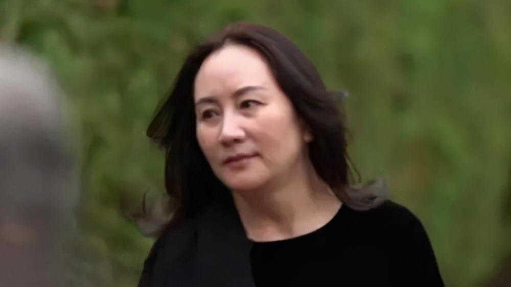 48岁孟晚舟加拿大再次亮相,穿黑色连衣裙配高跟鞋,高贵又优雅