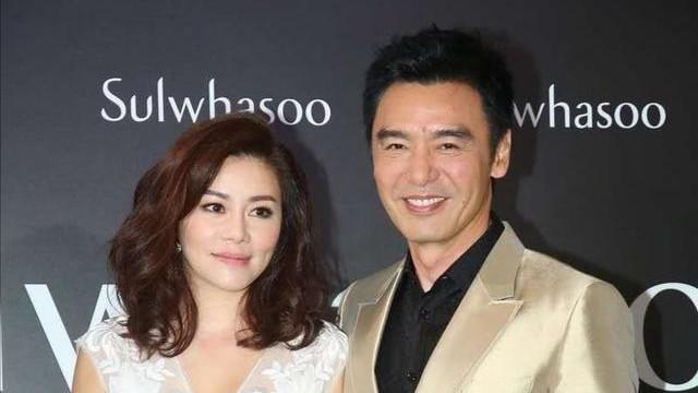 钟镇涛老婆范姜气质真好,穿白色刺绣连衣裙配齐肩发,优雅又高贵