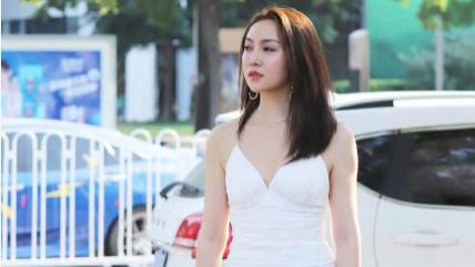白色吊带连衣裙搭配透明厚底凉鞋,洁白无瑕,满满的仙女气质