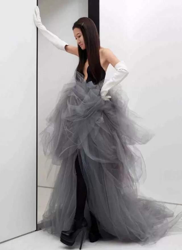 71歲王薇薇近照太美啦!穿婚紗露美背更像27歲,比趙雅芝都顯年輕