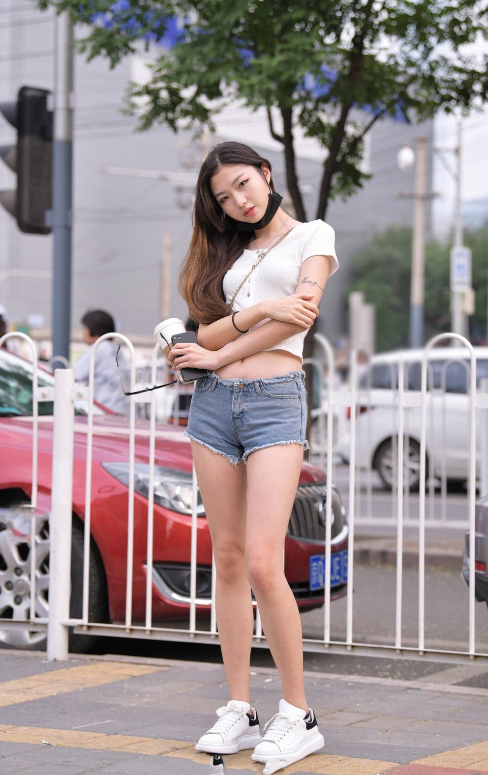 白色排扣短袖衫搭配牛仔热裤,风格独特,气质十足