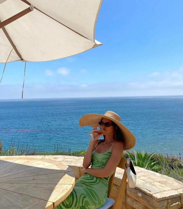 肯豆去热带小岛度假还要穿针织裙?这件裙子到底有什么魅力