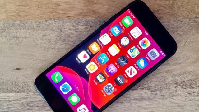 "iPhone SE2沦为""廉价机"",真机上手体验,4个优势2大缺陷"