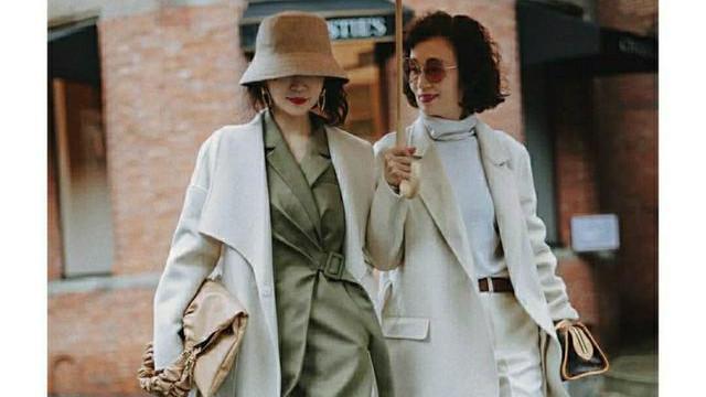 三木和57岁妈妈出新穿搭,奶白大衣+羊毛衫优雅温柔,真值得学