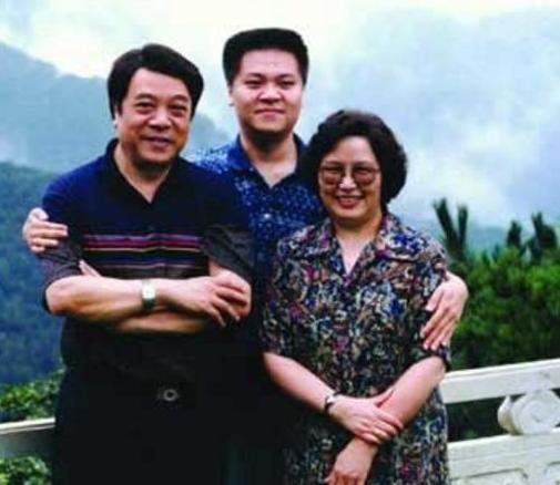 亲友曾为赵忠祥庆祝77岁生日,妻子张美珠罕见出镜,手牵手感情好