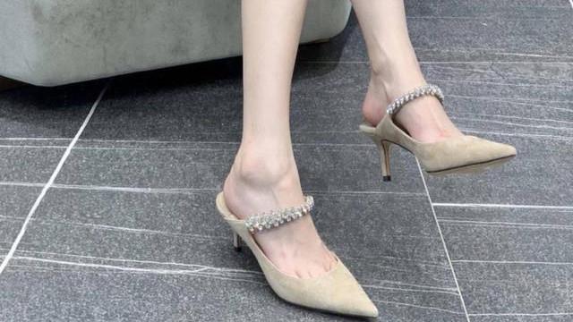 爱美女生的鞋柜,少不了一双穿脱十分的凉拖,约会逛街不累人