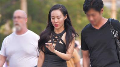 黑色修身连衣裙搭配黑色手提包,时尚精致,高贵优雅