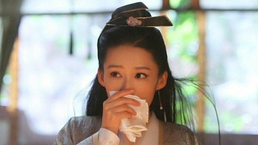 在庆余年里的鸡腿姑娘李沁一幕笑起来太甜,身上那套浅青色连衣裙更具古典美