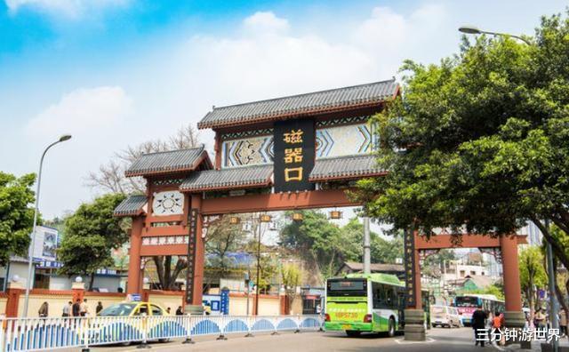 不愧是重庆,连古镇中都充满了火锅味,还有一座古城有爬山的感觉