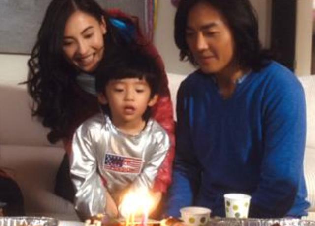 张柏芝依偎大儿子怀中为其庆生,Lucas颜值超高,竟比谢霆锋还帅