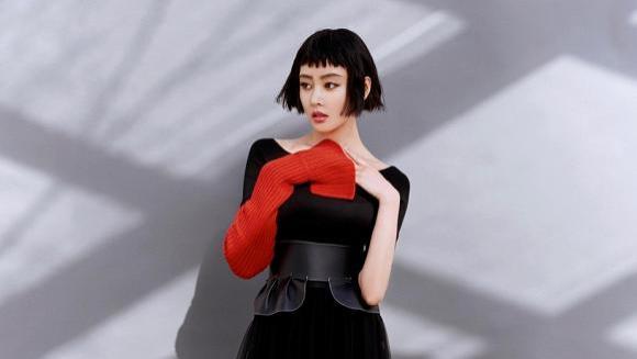 张天爱又有新动作,短发红裙再聚焦点,看到私服减龄又个性