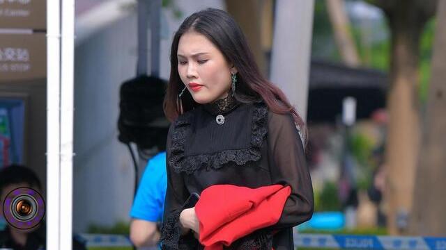 黑色连衣裙搭配鱼嘴高跟鞋,高贵优雅,时尚减龄
