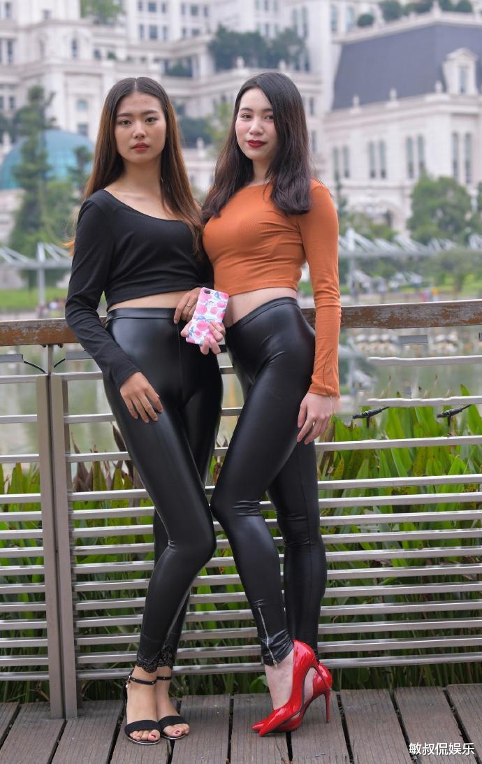 好闺蜜来比赛,各穿一条时髦皮裤,左边这位更胜一筹吧