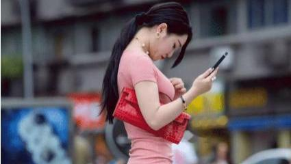 粉色紧身连衣裙彰显好身材搭配红色挎包,大气时尚,质感十足
